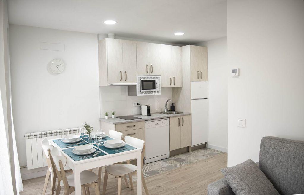 apartamentos-adarve-cocina-mesa